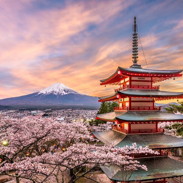 Fujiyoshida in Japan met de Chureito Pagode en Mount Fuji