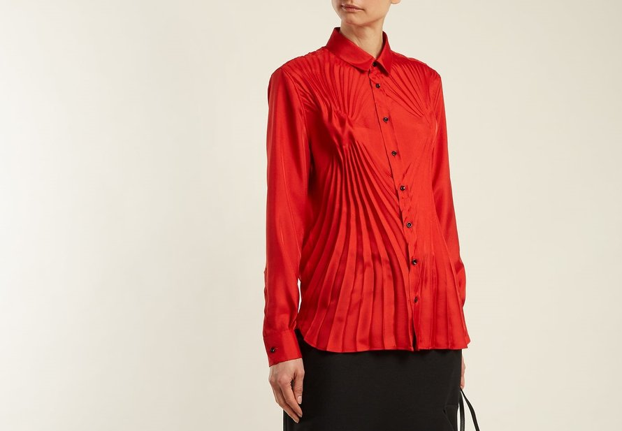Maison Margiela blouse met plissés in lichtgewicht satijn (Matches Fashion € 186)
