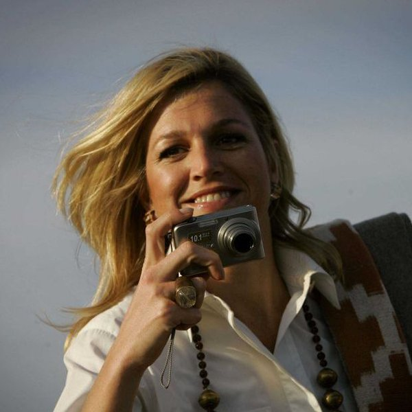 Máxima in 2006, met een digitale camera